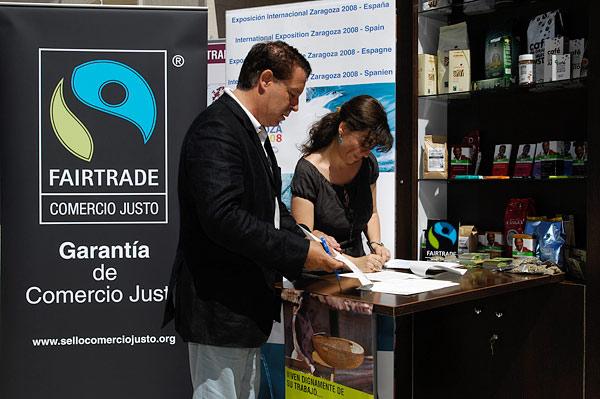 FairtradeComercioJusto_FirmaConvenio_WikiCommons_Sello Comercio Justo
