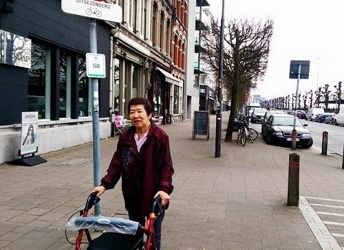 Mum-walking-in-Europe