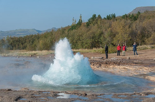 Geysir in action. (Image source: Wikimedia Commons (CC BY-SA 3.0)- Credit to: Hansueli Krapf)