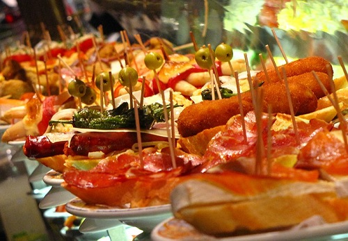 Tapas - a great Spanish culinary tradition! (Image source: Wikimedia Commons CC BY 3.0| Credit to: Elemaki)